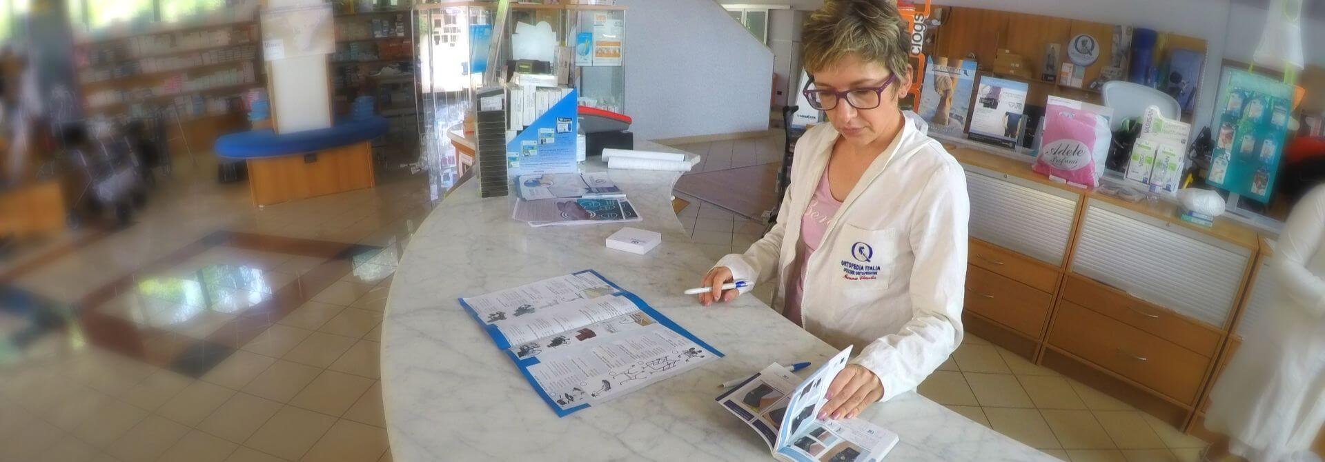 Donna alla reception - Officine-Ortopediche